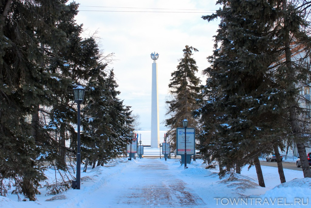 70-Красивые-виды-Ульяновска-Стелла-обелиск-на-берегу-Волги