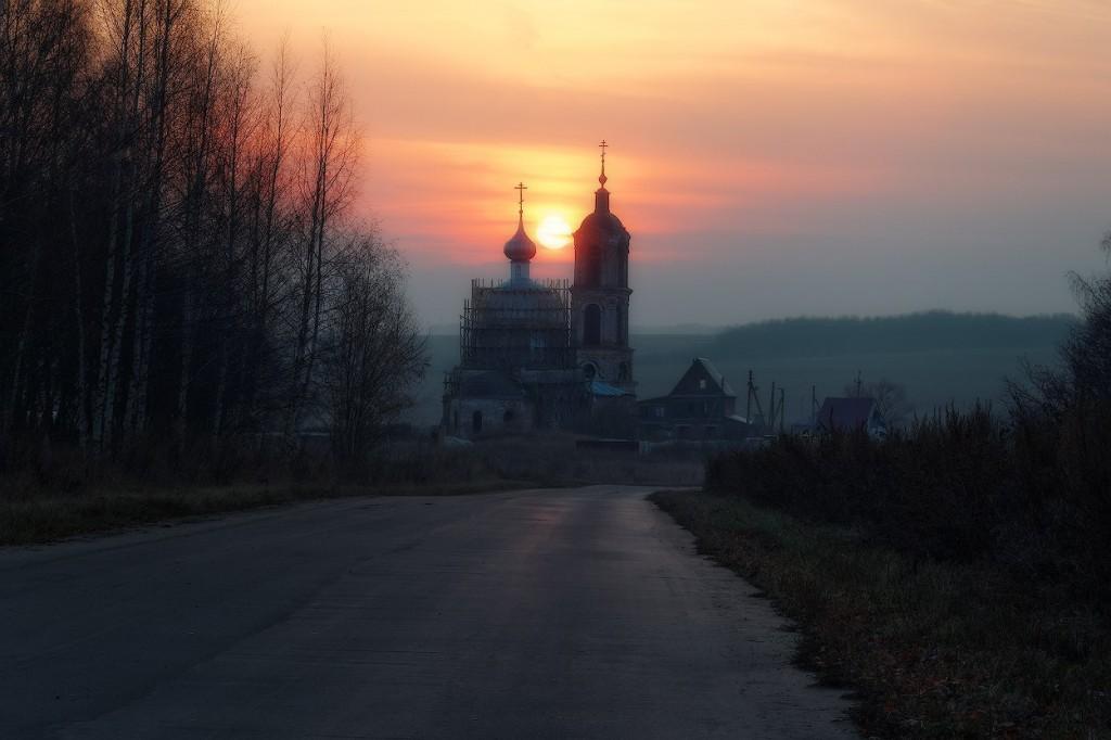 Богородице-Рождественская церковь села Овчухи на закате