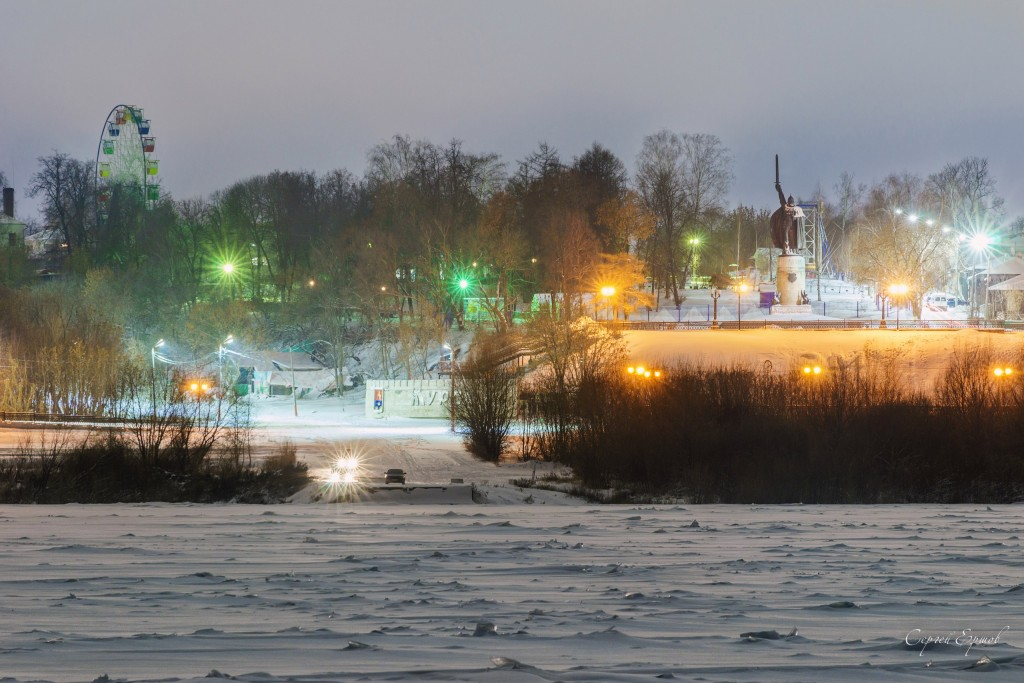 Ночной зимний Муром. Вид с Оки на Окский парк