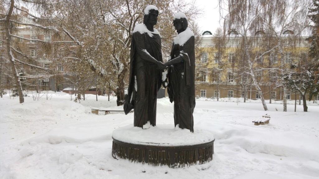 Театральный сквер с памятником Петру и Февронии Муромским в Омске 01