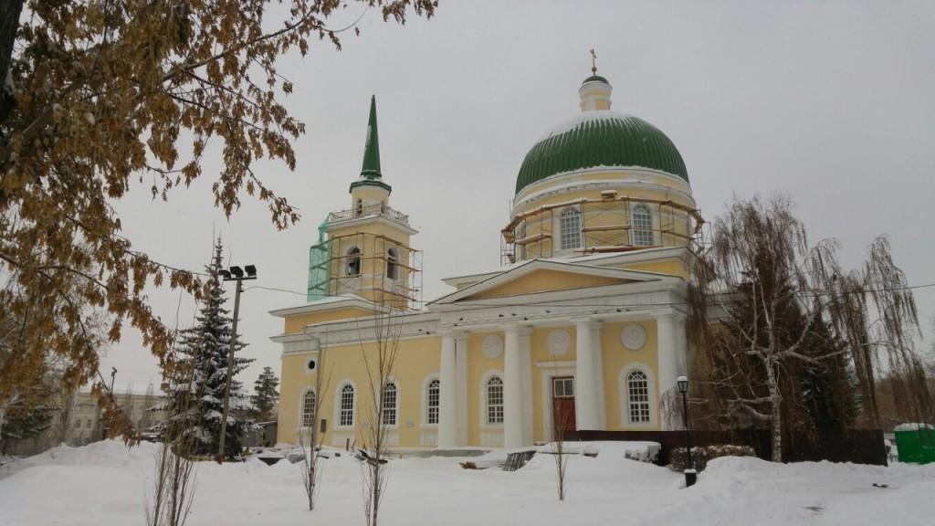 Театральный сквер с памятником Петру и Февронии Муромским в Омске 05