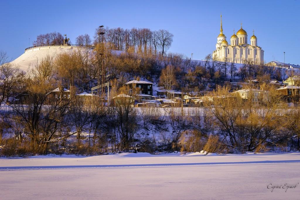 Владимир. Вид на Успенский собор в лучах заходящего солнца со льда Клязьмы