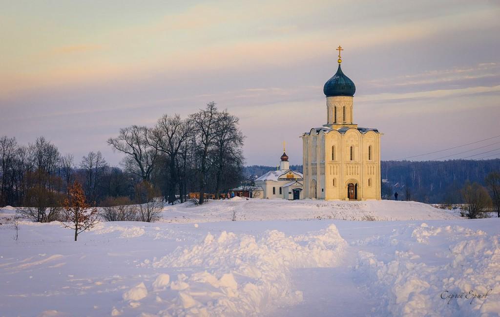 Февральский вечер на Боголюбовском лугу. Церковь Покрова на Нерли