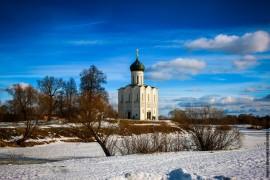 Боголюбовский луг и церковь Покрова на Нерли в последние, солнечные февральские дни уходящей зимы