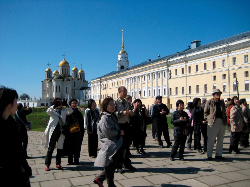 Иностранные туристы с удовольствием едут в Россию 01