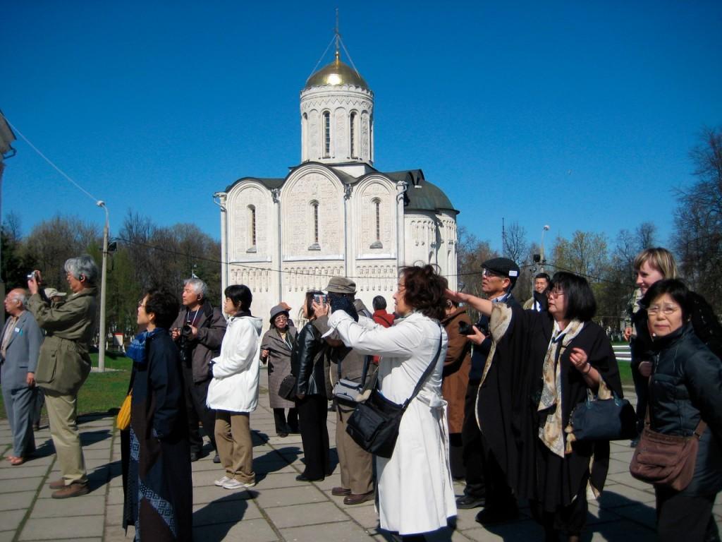 Иностранные туристы с удовольствием едут в Россию 02