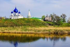 Суздаль в мае. Суздальский Кремль на берегу Каменки.