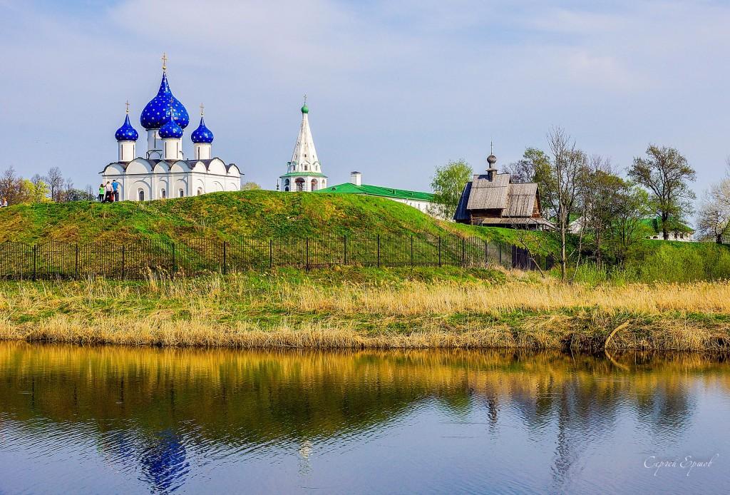 Суздаль в мае. Суздальский Кремль на берегу Каменки