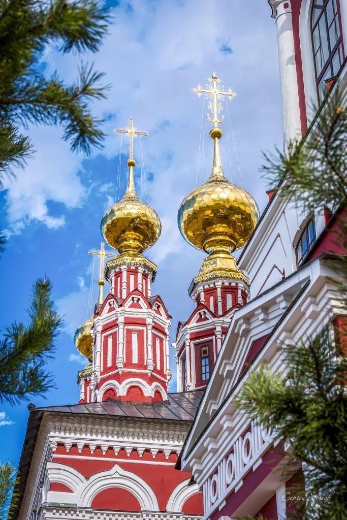 Весенний солнечный день в Михалях. Суздаль. Купола церкови Михаила Архангела.