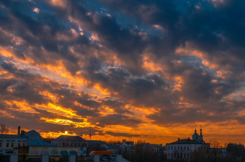 Выразительное апрельское небо во Владимире (на закате дня) 09