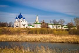Суздальский кремль апрельским вечером