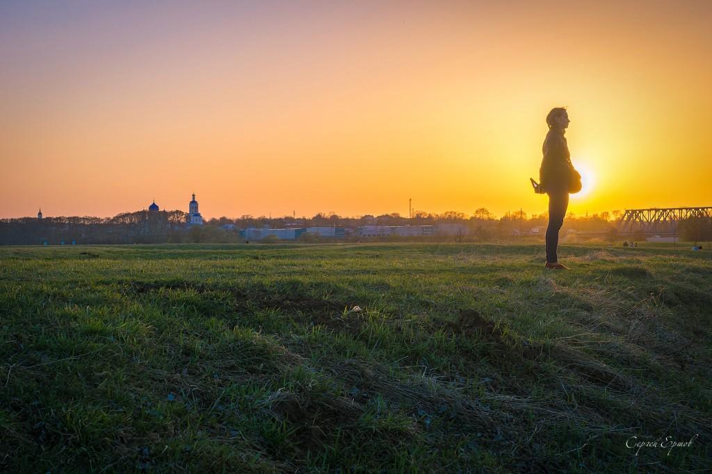 Боголюбовский луг и девушка, пришедшая полюбоваться храмом Покрова на Нерли в лучах заходящего солнца