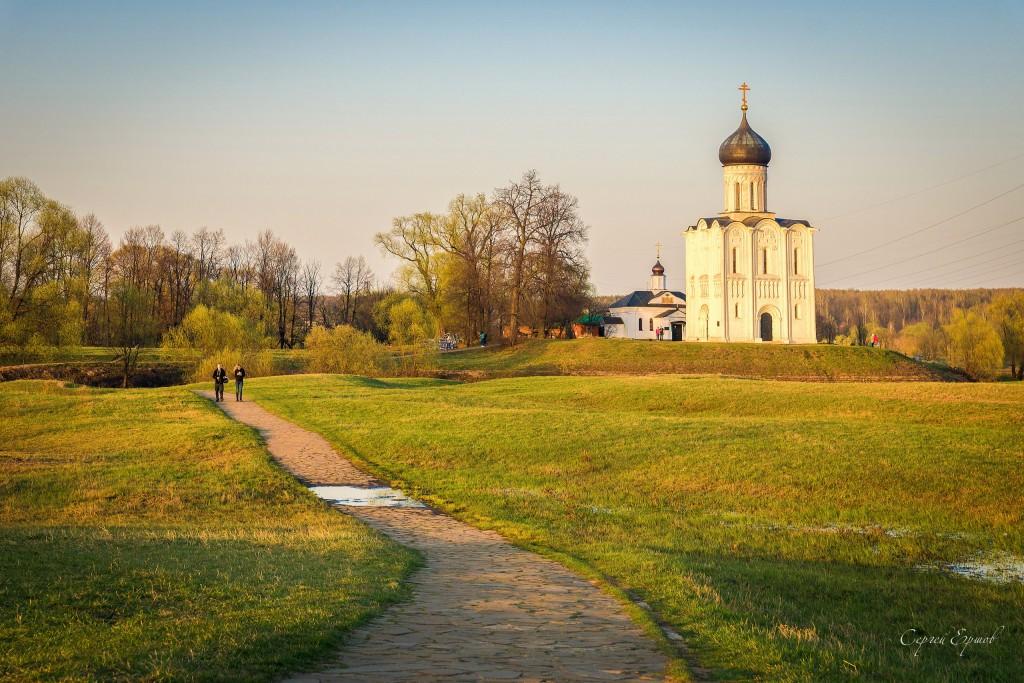 Теплый весенний вечер. Боголюбовский луг. Церковь Покрова на Нерли
