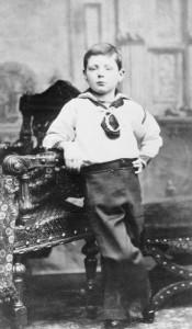Уинстон Черчилль в возрасте 7 лет. Фотопортрет, 1881 год. Ирландскому фотографу удалось поймать мгновение и ухватить в лице и позе ребёнка все те черты превосходства, которые будут отличать Черчилля в его взрослую карьеру.