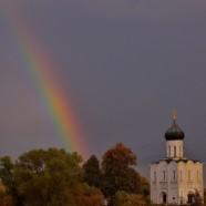 Две радуги с периодичностью пять минут и практически над храмом Покрова-на-Нерли — редкая удача