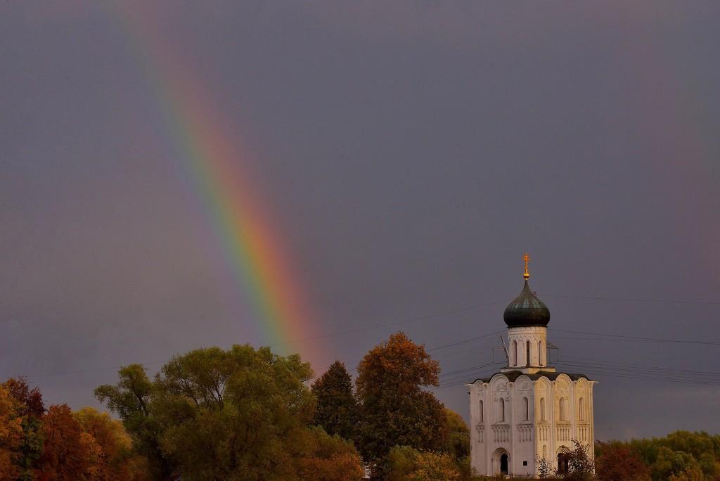 Две радуги с периодичностью пять минут и практически над храмом Покрова-на-Нерли 01