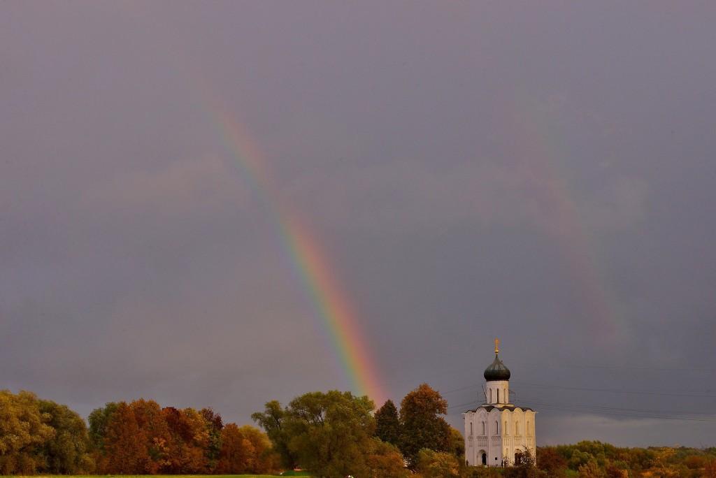 Две радуги с периодичностью пять минут и практически над храмом Покрова-на-Нерли 02