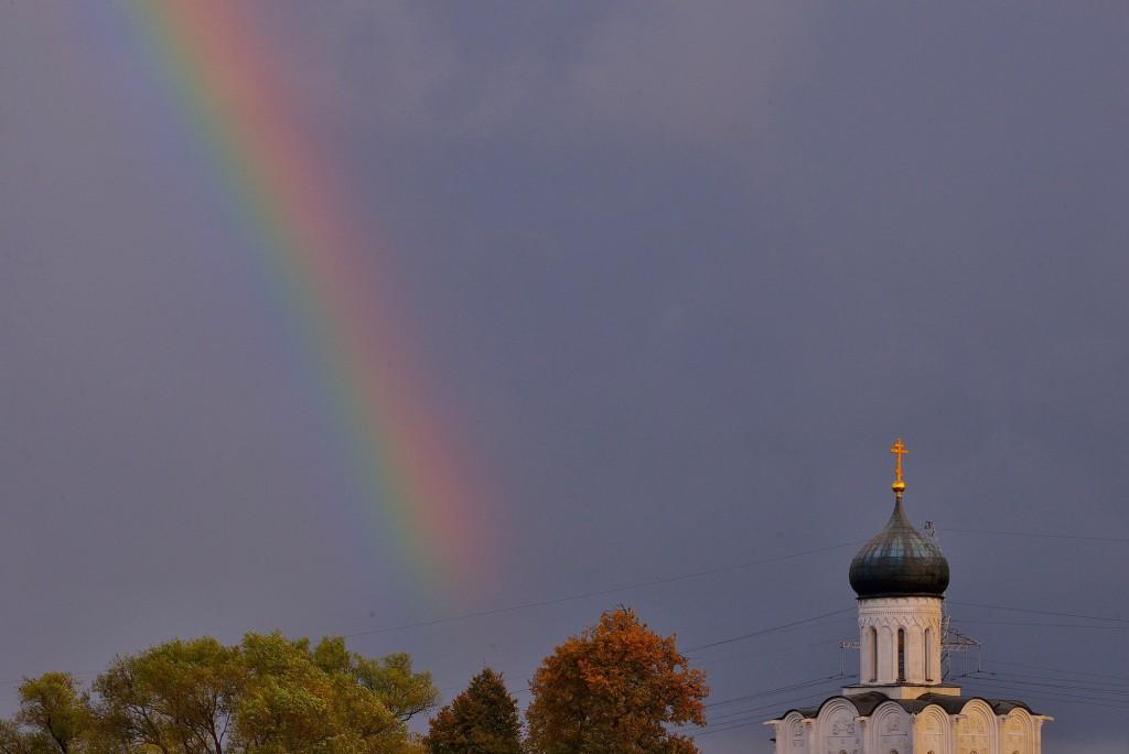 Две радуги с периодичностью пять минут и практически над храмом Покрова-на-Нерли 03