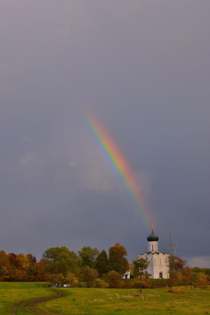 Две радуги с периодичностью пять минут и практически над храмом Покрова-на-Нерли 04