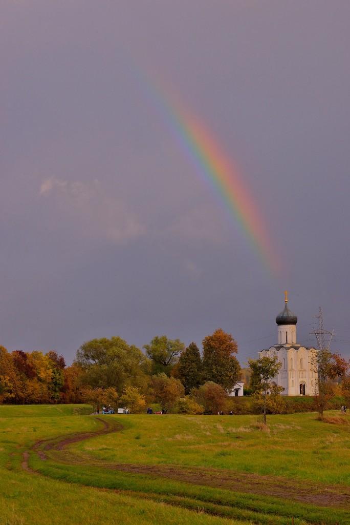 Две радуги с периодичностью пять минут и практически над храмом Покрова-на-Нерли 05