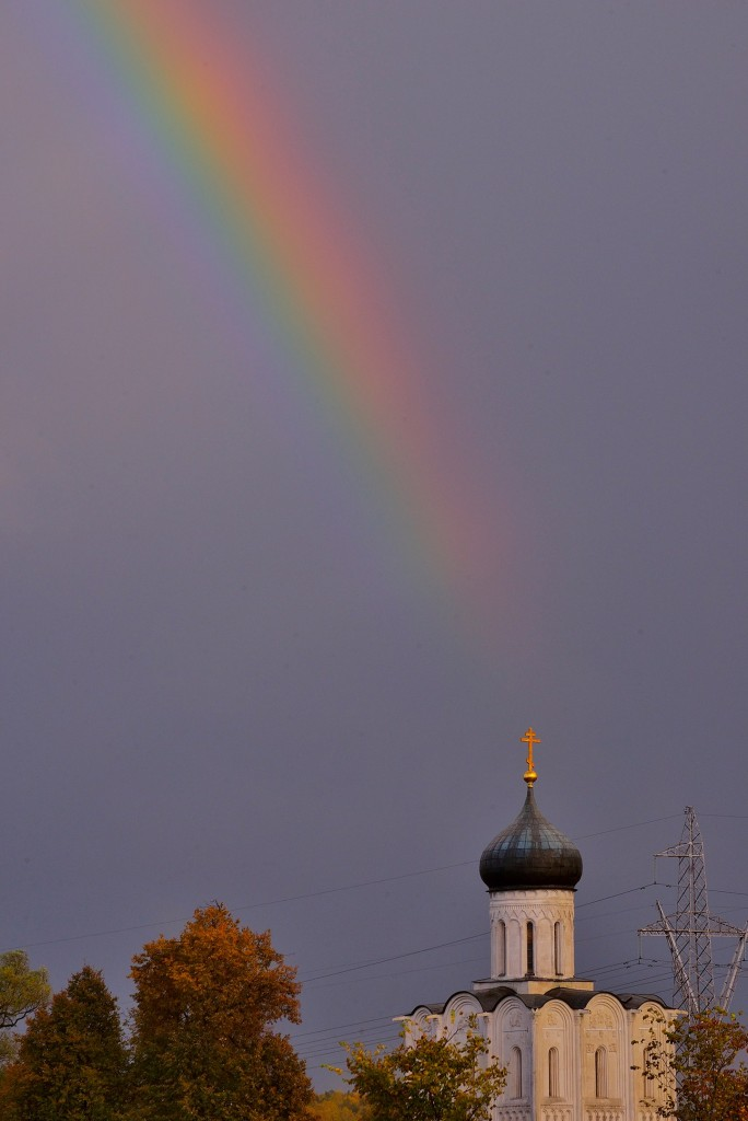 Две радуги с периодичностью пять минут и практически над храмом Покрова-на-Нерли 06