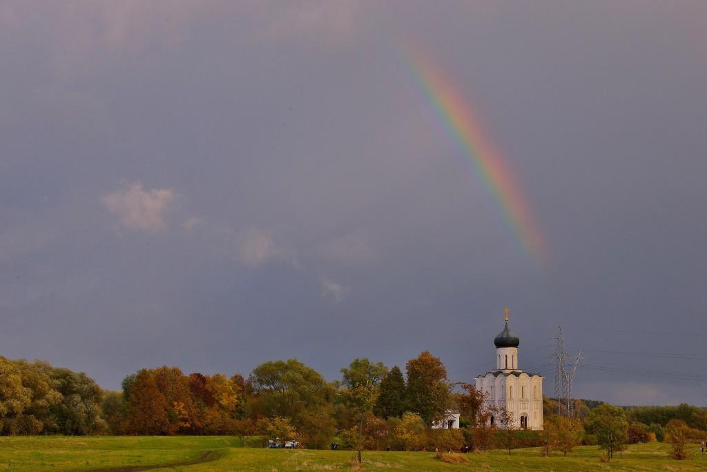 Две радуги с периодичностью пять минут и практически над храмом Покрова-на-Нерли 07