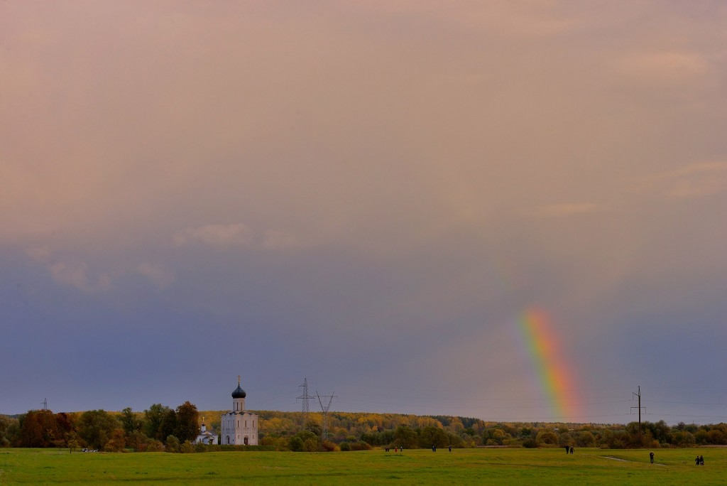 Две радуги с периодичностью пять минут и практически над храмом Покрова-на-Нерли 08