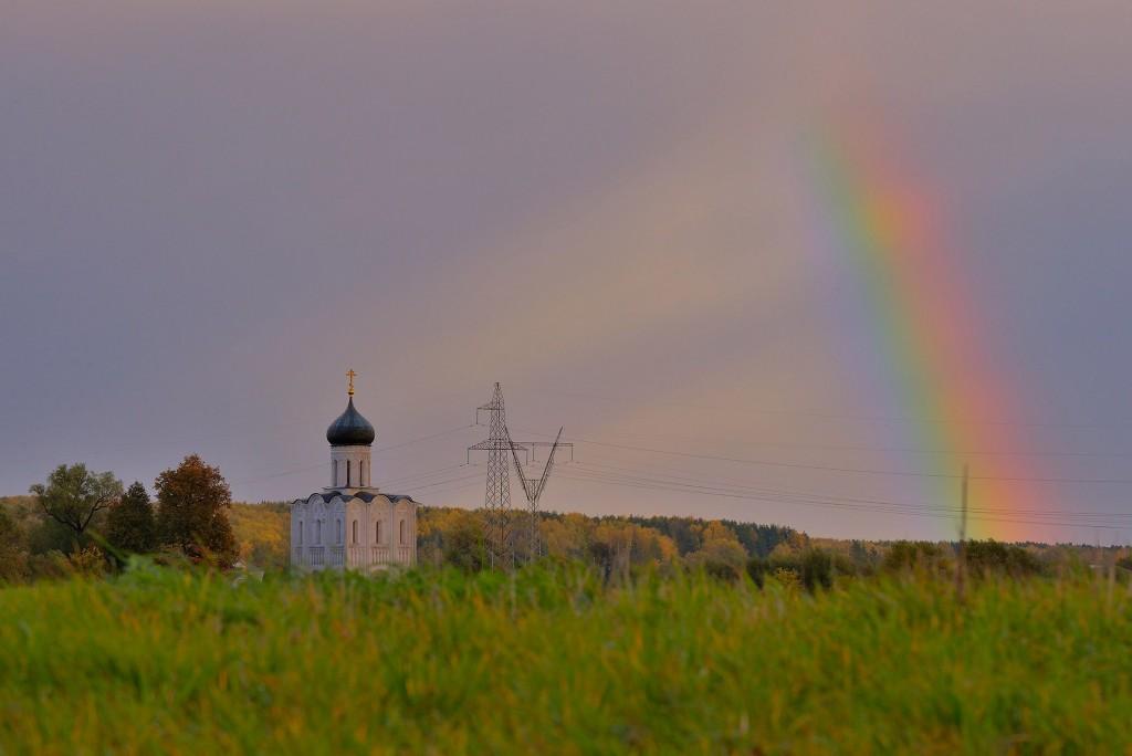 Две радуги с периодичностью пять минут и практически над храмом Покрова-на-Нерли 09