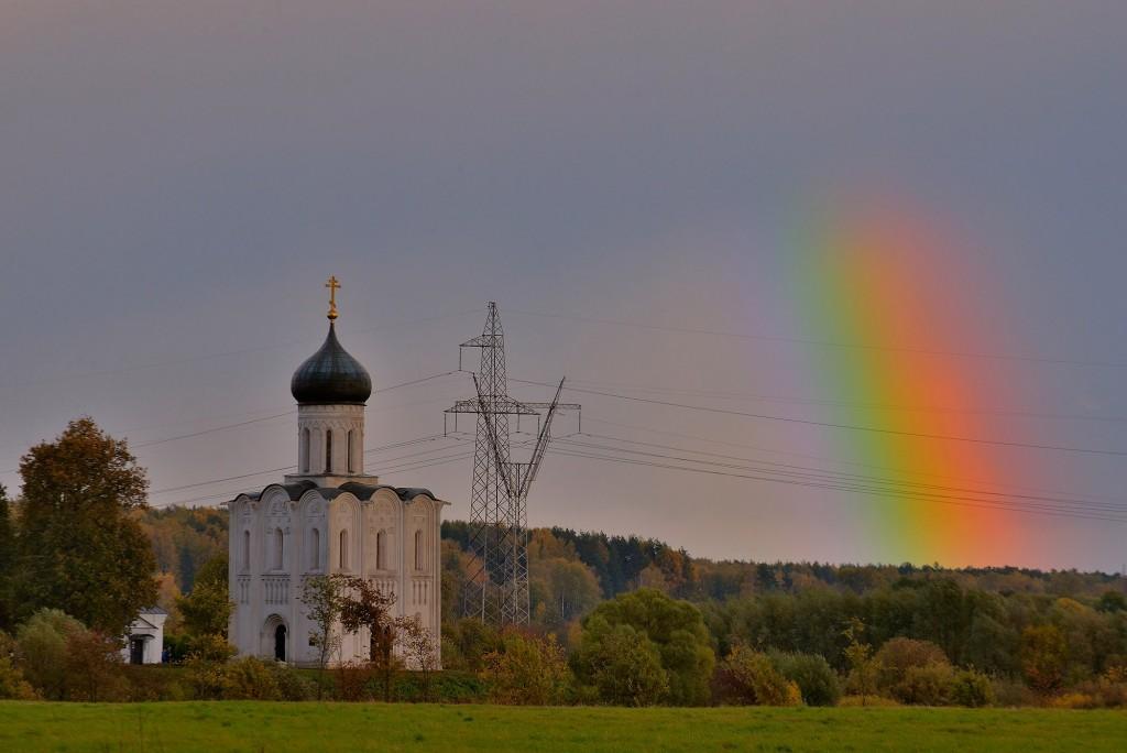 Две радуги с периодичностью пять минут и практически над храмом Покрова-на-Нерли 10