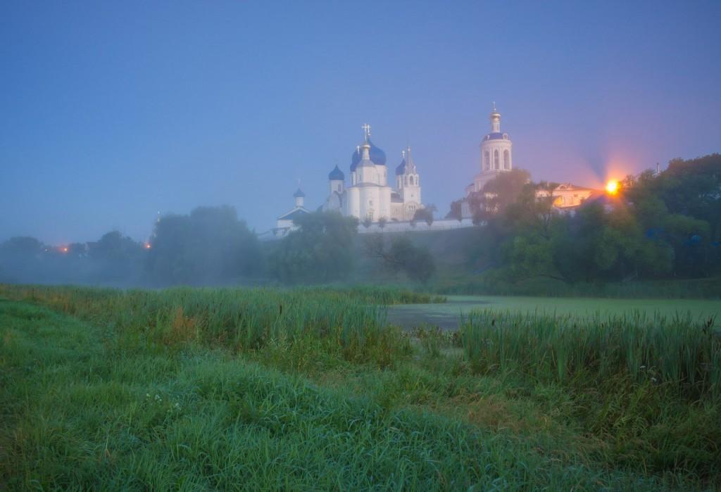 Свято-Боголюбовский монастырь в ночной туманной дымке