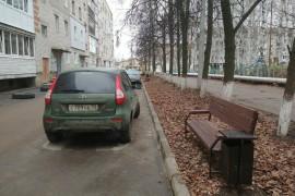 Благоустройство на ул. Муромская. Лавочки прибордюрные с видом на парковку.