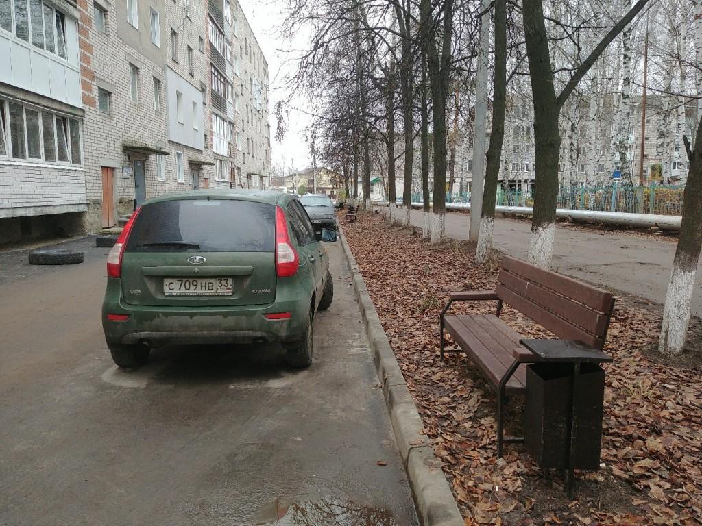 Благоустройство на ул. Муромская. Лавочки прибордюрные с видом на парковку. 01