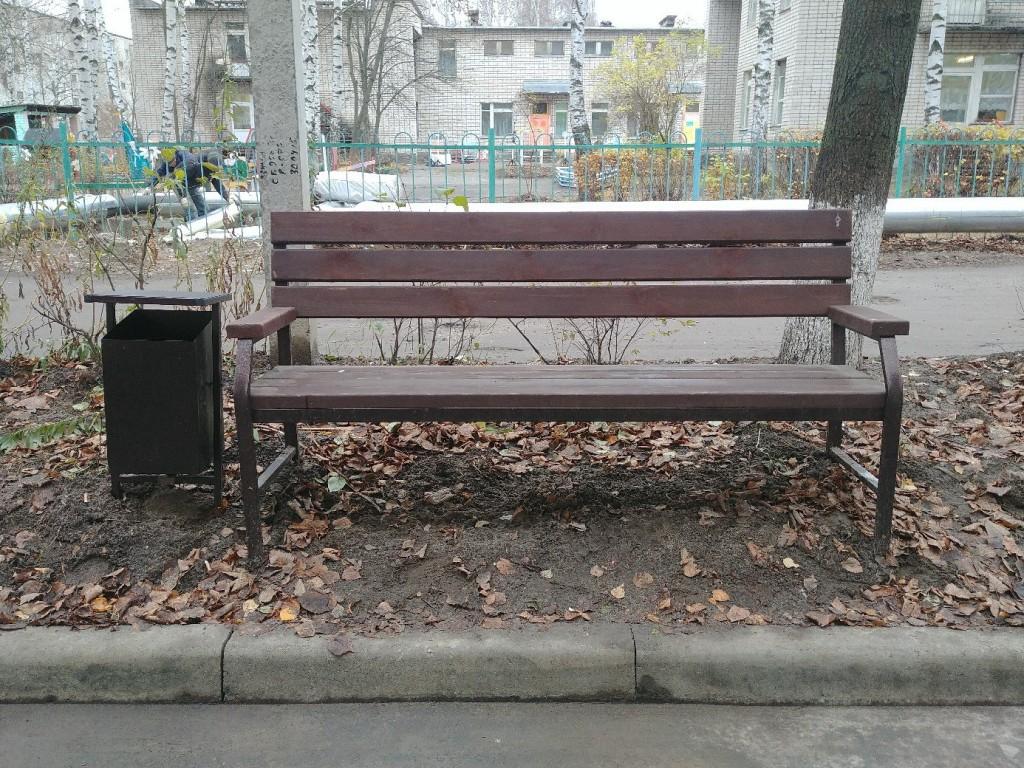 Благоустройство на ул. Муромская. Лавочки прибордюрные с видом на парковку. 02