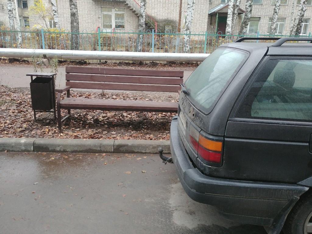 Благоустройство на ул. Муромская. Лавочки прибордюрные с видом на парковку. 03