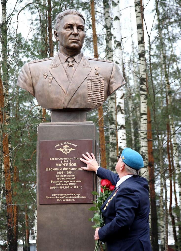 Открытие памятника Герою Советского Союза В.Ф. Маргелову в Мелехово 01