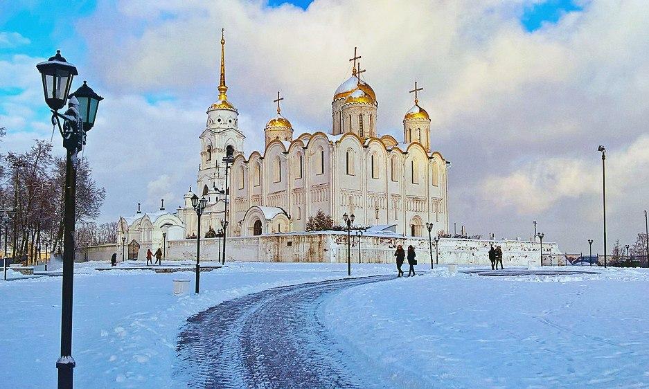 Успенский собор блистает золотом своих куполов