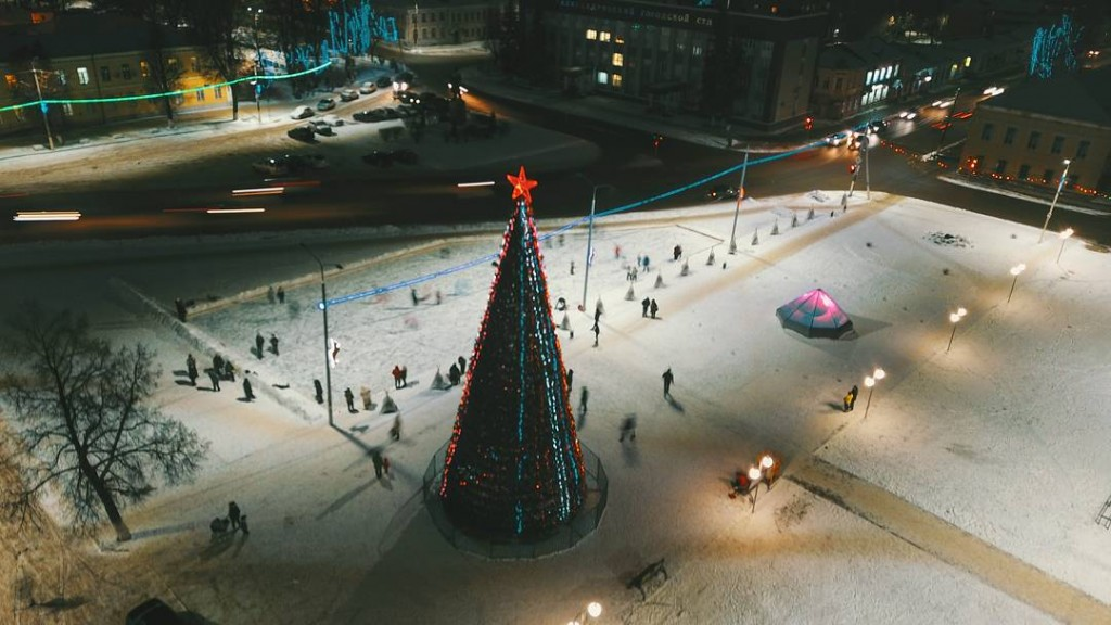 Новогодняя ёлка вечером в Александрове Владимирской области.