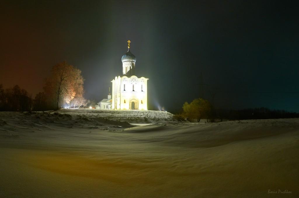 Покрова-на-Нерли, вот такая подсветка в вечернее и ночное время теперь 01