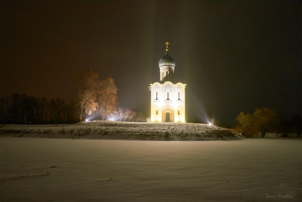 Покрова-на-Нерли, вот такая подсветка в вечернее и ночное время теперь 03