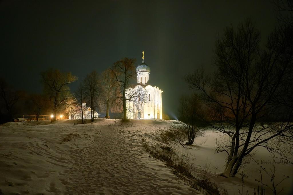 Покрова-на-Нерли, вот такая подсветка в вечернее и ночное время теперь 06