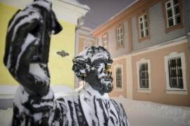 Счастливые носы владимирских статуй
