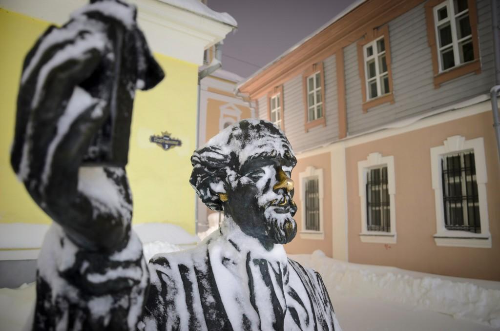 Счастливые носы владимирских статуй 01