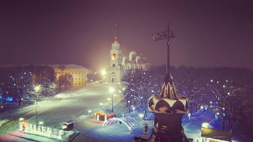 Шпиль бывшего здания Городской думы и Успенский собор во Владимире, вид с высоты.