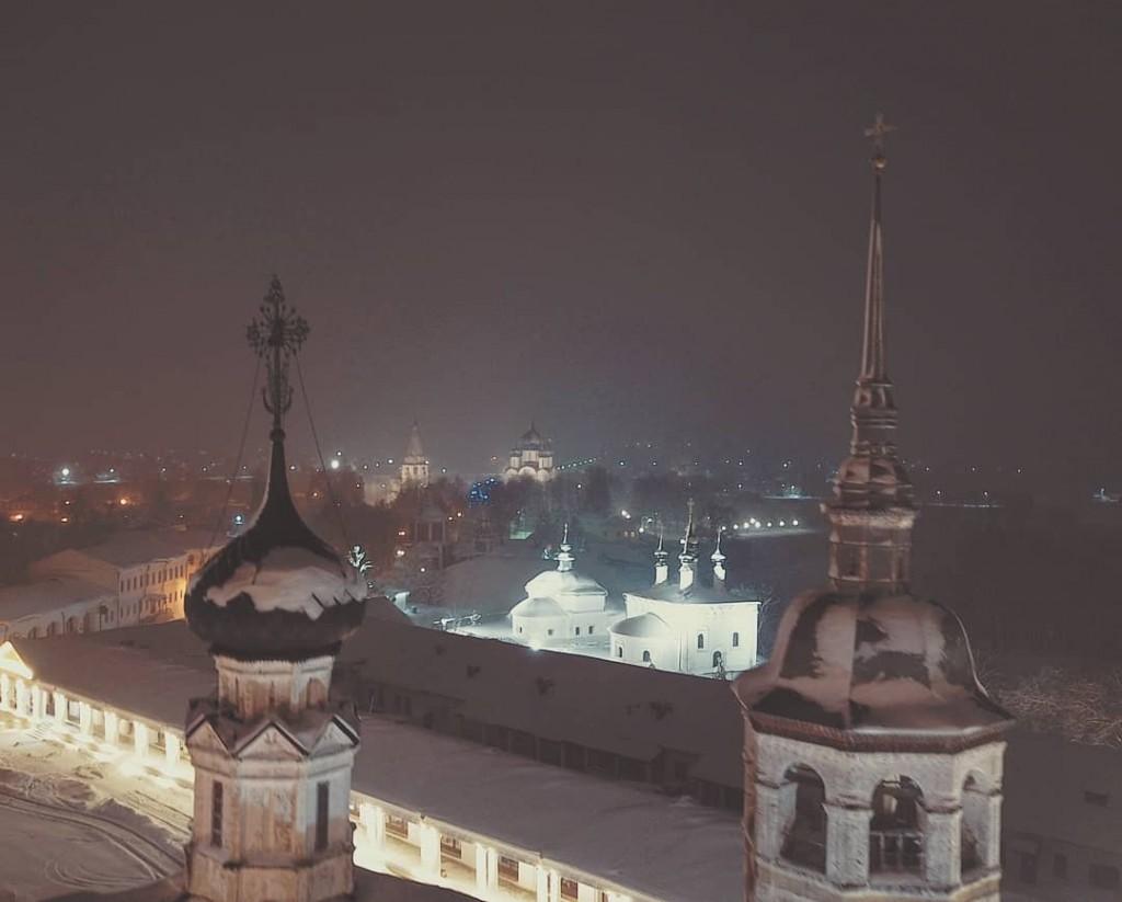Купола Воскресенского храма в Суздале, ночной вид с высоты