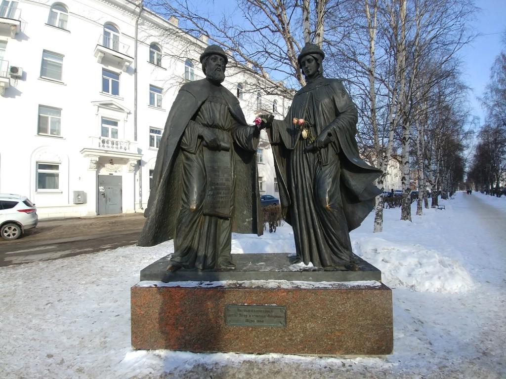 Памятник Петру и Февронии Муромским в Архангельске, март 2018 01