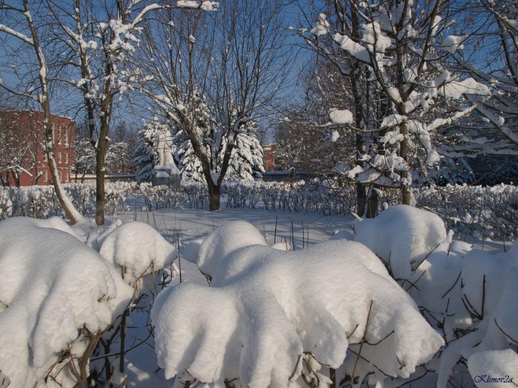 Сквер перед тракторным заводом после февральских снегопадов