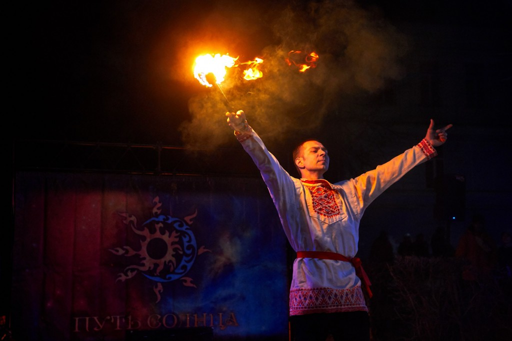 Укротители огня, фаер-шоу на Библионочи 2018 ( апрель, Владимир ) 05