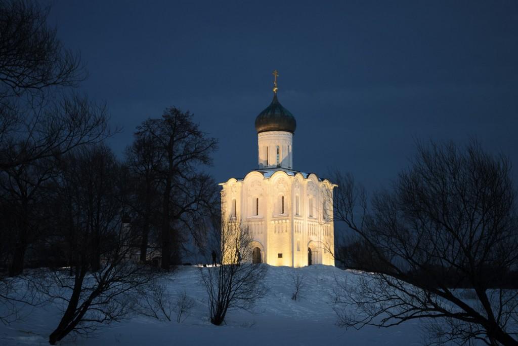 Церковь Покрова на Нерли мартовским вечером 01