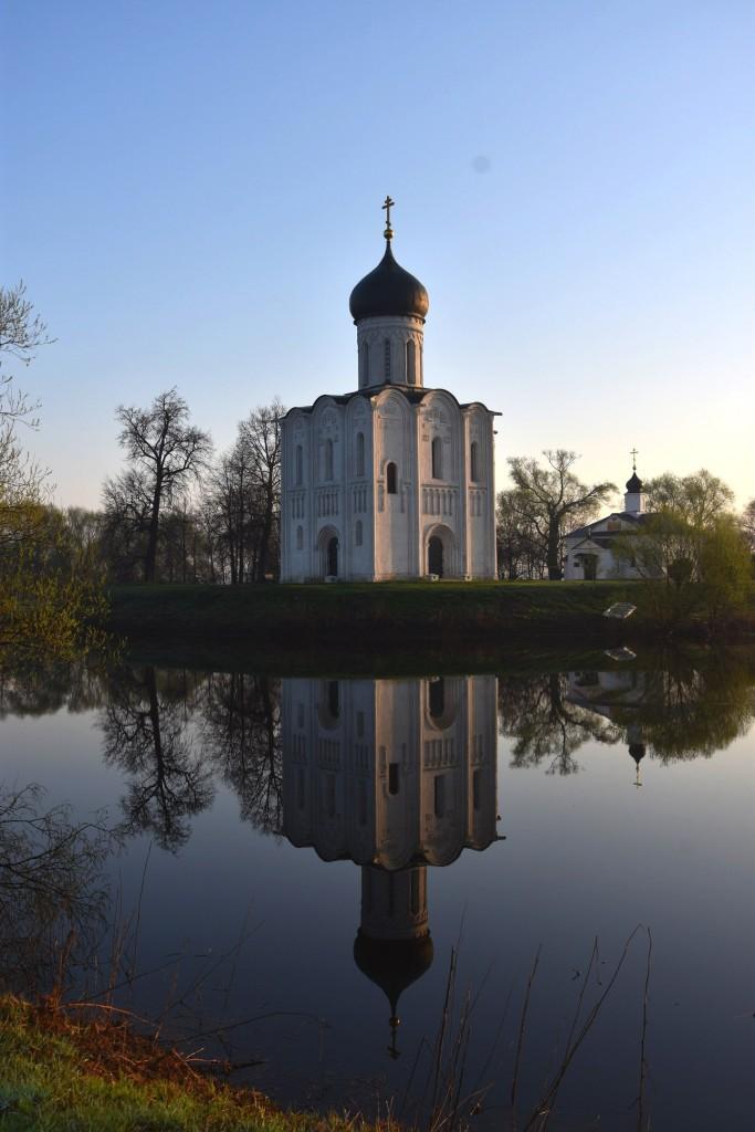 Храм Покрова на Нерли майским утром 01