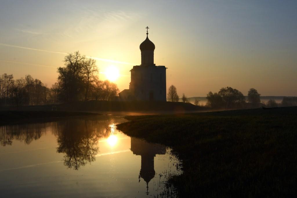 Храм Покрова на Нерли майским утром 03
